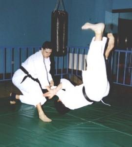 Proyección por luxación de los brazos cruzados (Juji Garami)