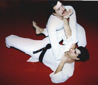 Defensa en el suelo con luxación de muñeca (Kote Gaeshi) y golpe con el talón de la mano al mentón (Teisho)