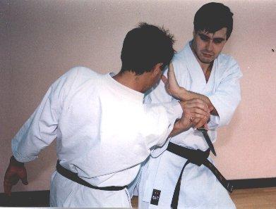Luxación del brazo flexionado contra ataque de cuchillo (Ude Garami)